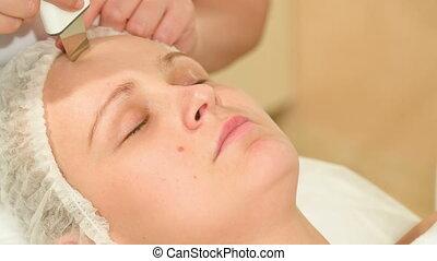 femme, prendre, jeune, traitements, ultrasonique, nettoyage, facial
