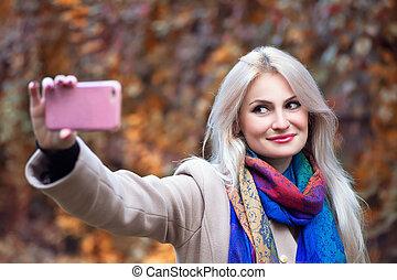 femme, prendre, parc, jeune, automne, blond, selfie