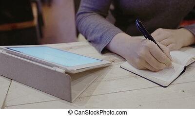 femme, prendre, tampon, toucher, cahier, notes, tout