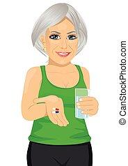 femme, prendre, vitamine, personnes agées, arrosez verre, pilules avoirs