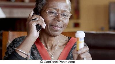 femme, prescription, remplissage, elle, téléphone sans fil, noir, landline, personne agee