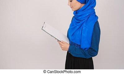 femme, presse-papiers, jeune, musulman