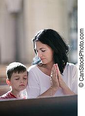 femme prier, elle, fils