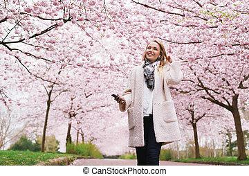 femme, printemps, parc, jeune, musique écouter