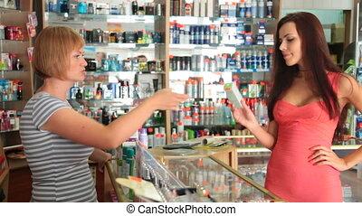 femme, produits de beauté, achat