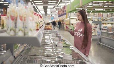 femme, produits, jeune, supermarché, chooses