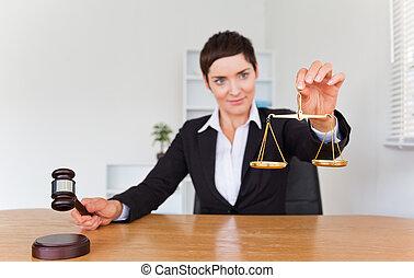 femme professionnelle, à, a, marteau, et, les, balance justice