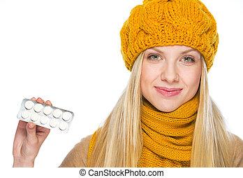 femme, projection, jeune, heureux, chapeau, pilules, écharpe, meute