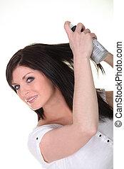 femme, pulvérisation, a, produit beauté, dans, elle, cheveux
