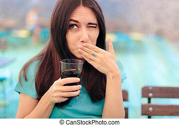 femme, réagir, fizzy, soude, avoir, boisson, après