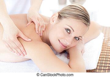 femme, réception, sourire, massage dorsal