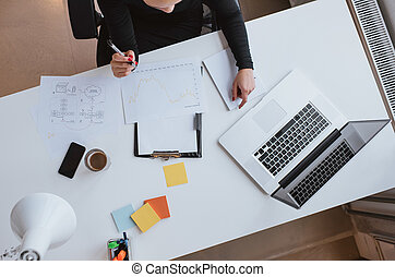 femme, réexaminer, financier, données, et, traçage, progrès