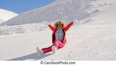 femme, réjouir, neigeux, bas colline, glissement