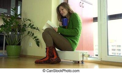 femme, radiateur, séance, pot thé, livre, fenêtre., agréable, chaud