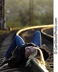 femme, rail, jeune, mensonge