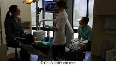femme, rayon x, dentaire, 4k, rapport, dentiste, expliquer