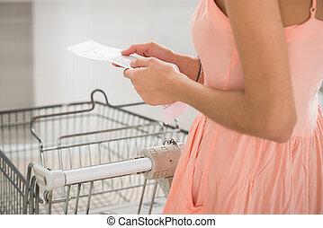 femme, reçu, tenue, supermarché