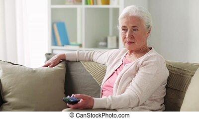 femme, regardant télé, maison, personne agee, heureux