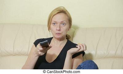 femme, regardant télé, mandarine, jeune, home., manger
