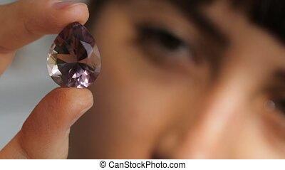 femme regarde, diamant