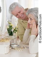 femme regarde, miroir, portrait, sourire, personne agee