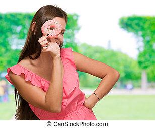 femme regarde, par, beignet