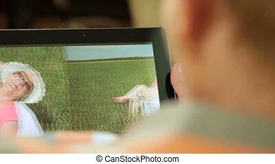 femme regarde, photos, personne agee