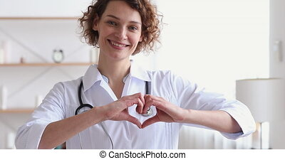 femme regarde, projection, appareil photo, coeur, sourire, cardiologue