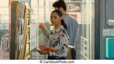 femme, regarder, appareil photo, cadre, 4k, bureau