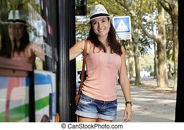 femme, regarder, appareil photo, heureux, touriste, autobus