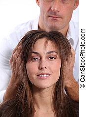femme, regarder, coupe, nouveau, coiffeur