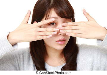 femme, regarder dérobée, elle, couverture, doigts, figure, appareil photo, par, mains