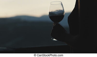 femme, regarder, jeune, verre, coucher soleil, boire, vin rouge