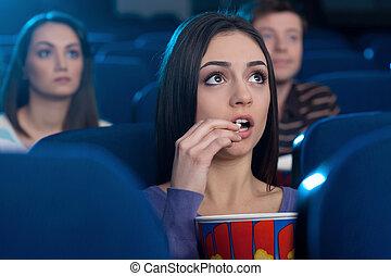 femme, regarder, pop-corn, jeune, séance, cinéma, film, cinema., manger, séduisant, quoique