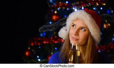 femme, regarder verre, santa, sourire, champagne, chapeau, côté