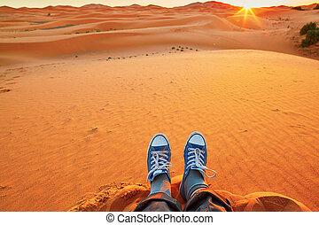 femme relâche, dunes, regarder, sable, désert sahara, levers de soleil