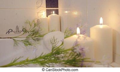 femme relâche, entouré, bougies, baignoire, chariot, joli