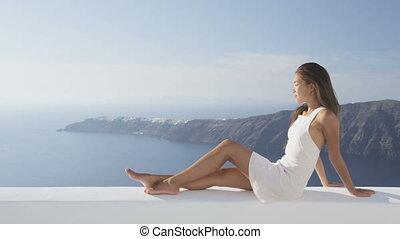 femme relâche, fetes, caldera, vue, apprécier, voyage vacances, santorini
