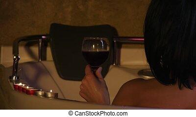 femme relâche, jeune, dos, 4k, joli, boire, bain, vin.,...