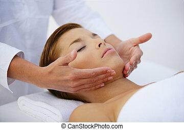 femme relâche, jeune, facial, pendant, masage