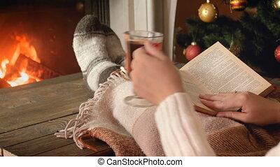 femme relâche, métrage, chauffé, jeune, livre, 4k, boire, cheminée, vin