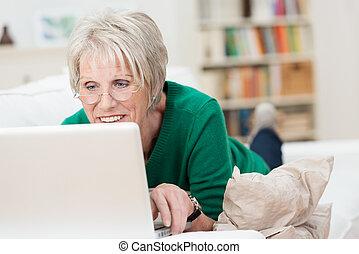 femme relâche, ordinateur portable, technologie, jugeote, personne agee