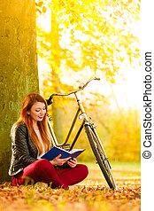 femme relâche, parc, automnal, livre, lecture fille