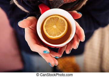 femme relâche, tasse, thé, jeune, lit
