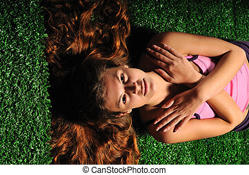 femme, relâcher, jeune, surface, herbe verte, escalier