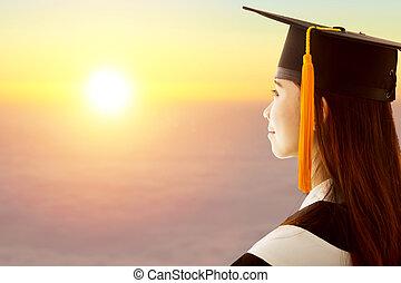 femme, remise de diplomes, est, pensée, avenir, à, coucher soleil, fond