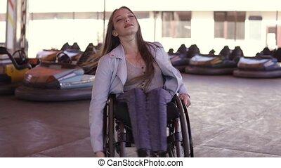 femme rendue infirme, électrique, danse, voitures, fauteuil ...