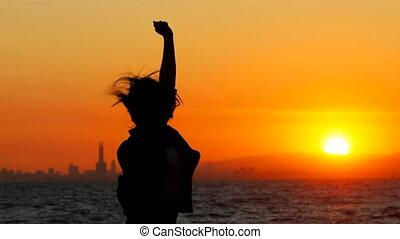 femme, reussite, célébrer, sauter, coucher soleil, excité