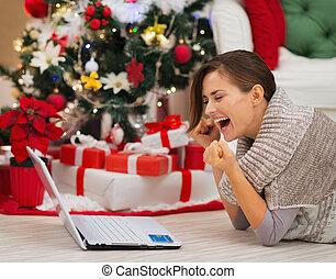 femme, reussite, réjouir, ordinateur portable, arbre, noël, heureux