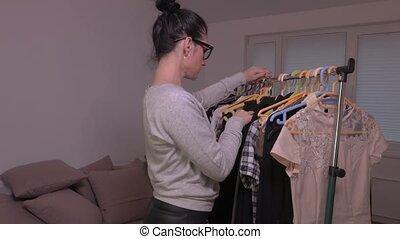 femme, robe, prendre, étagère